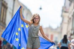 La UE señala por medio de una bandera Muchacha feliz linda con la bandera de la unión europea Yo Fotografía de archivo