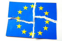 La UE señala por medio de una bandera - rasgado Foto de archivo