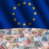La UE señala por medio de una bandera con euros Imagen de archivo