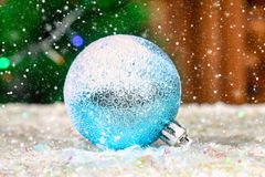 La una bola azul del Año Nuevo en la nieve Atmósfera de la Navidad Fotos de archivo libres de regalías