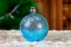 La una bola azul del Año Nuevo en la nieve Atmósfera de la Navidad Fotos de archivo