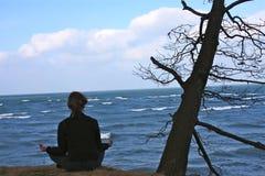A la una con la naturaleza en la meditación Foto de archivo libre de regalías