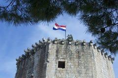 La UNESCO protegió la fortaleza con la bandera croata en el top, Trogir Imagen de archivo libre de regalías