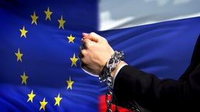 La unión europea sanciona Rusia, conflicto encadenado de los brazos, político o económico imagen de archivo