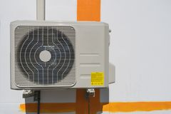 La unidad de los compresores de aire está fuera del edificio Fotografía de archivo libre de regalías