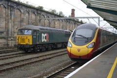 La unidad de Pendolino de los trenes de la Virgen sale Carlisle el 6 de octubre de 2017 Imagen de archivo libre de regalías