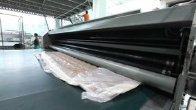 La unidad del colchón se suministra debajo de una prensa hidráulica y se comprime, la prensa hidráulica comprime y envuelve el co almacen de metraje de vídeo