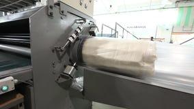La unidad del colchón se suministra debajo de una prensa hidráulica y se comprime, la prensa hidráulica comprime y envuelve el co metrajes