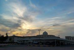 La universidad de Sharja en una puesta del sol nublada fotografía de archivo