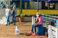 LA, USA - 30. OKTOBER 2018: Ein Busker singt für Geld auf Santa Monica Pier lizenzfreies stockfoto