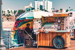 LA, USA - 30. Oktober 2018: Ein Kiosk auf Santa Monica Pier stockfoto