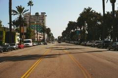 LA USA - OKTOBER 30TH, 2018: Mitt av en huvudväg i Santa Monica fotografering för bildbyråer