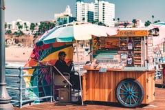 LA USA - 30th Oktober 2018: En kiosk på Santa Monica Pier arkivfoto