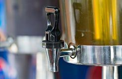 La válvula de la palanca del dispensador del jugo con el flujo para el wat dulce fresco Fotos de archivo