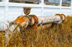 La válvula de puerta vieja conecta con el abastecimiento de agua con el tubo del metal Fotografía de archivo