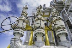La válvula de seguridad de la presión instala en la descarga del compresor de gas de la alimentación para proteger la presión ine imagenes de archivo