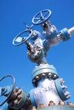 La válvula en el yacimiento de gas en invierno Foto de archivo