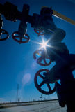 La válvula en el yacimiento de gas en invierno Imagen de archivo