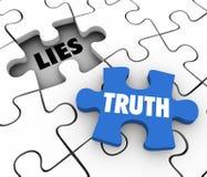 La vérité contre des mots de morceau de puzzle de mensonges concurrencent des faits honnêtes entiers illustration libre de droits