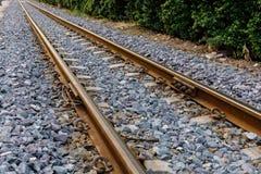 La vía ferroviaria es un camino para los trenes Foto de archivo libre de regalías