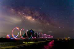 La vía láctea con la pintura de la luz del LED en una noche oscura Imagen de archivo libre de regalías