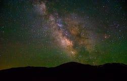 La vía láctea de levantamiento sobre las montañas de Colorado Fotos de archivo