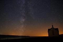 La vía láctea en el fondo de estrellas brillantes en el cielo nocturno fotos de archivo