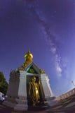 La vía láctea en el nombre permanente de la imagen de Buda del oro es Wat Sra Song Pee Imagen de archivo libre de regalías