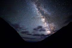 La vía láctea ilumina las nubes en las montañas Meseta Kara- Fotografía de archivo libre de regalías