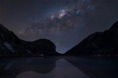 La vía láctea sobre Kawah ijen el lago del cráter imagen de archivo