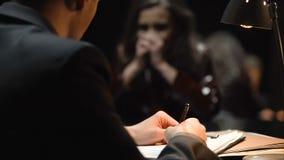 La víctima femenina da pruebas en el abuso sexual, testimonio detective de la escritura, primer almacen de metraje de vídeo