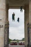 La víspera de la celebración del día de los paracaidistas en  foto de archivo