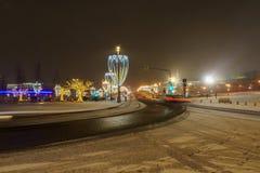 La víspera del ` s del Año Nuevo, escena de la noche con el rastro del coche se enciende en Moscú, Rusia Imagen de archivo libre de regalías