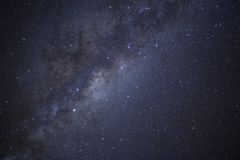 La v?a l?ctea brilla sobre Nueva Zelanda imagenes de archivo