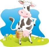 La vaca divertida lleva el cubo de madera con leche