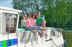 La vacanza di famiglia, il viaggio di vacanza estiva sulla scialuppa in canale, i bambini felici ed i genitori che si divertono s immagini stock libere da diritti