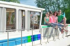 La vacanza di famiglia, il viaggio di vacanza estiva sulla scialuppa in canale, i bambini felici ed i genitori che si divertono s fotografie stock libere da diritti