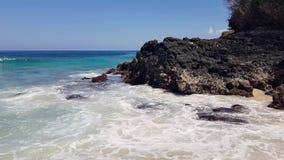 La vague énorme frappe les roches volcaniques banque de vidéos