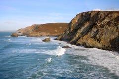 La vague déferlante de marée élevée ondule à la crique de Trevaunance. Photographie stock libre de droits