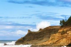 La vague d'espadrille de Kiwanda de cap frappe des falaises Images stock