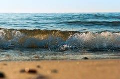 La vague de mer, l'excitation mousse d'eau sur de rivage mer, mer, l'eau bout images libres de droits