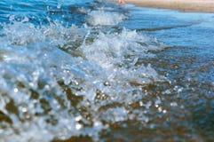 La vague de mer, l'excitation mousse d'eau sur de rivage mer, mer, l'eau bout photographie stock libre de droits