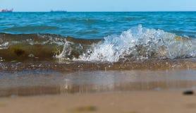 La vague de mer, l'excitation mousse d'eau sur de rivage mer, mer, l'eau bout photos libres de droits