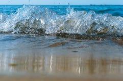 La vague de mer, l'excitation mousse d'eau sur de rivage mer, mer, l'eau bout image libre de droits