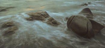 La vague se brise vers le bas sur les roches Photographie stock libre de droits