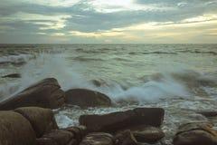 La vague se brise vers le bas sur les roches Image libre de droits