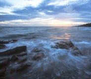 La vague se brise vers le bas sur les roches Photos libres de droits