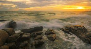La vague se brise vers le bas sur les roches Images libres de droits