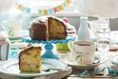 La vainilla del chocolate del cumpleaños asperja la torta Fotos de archivo