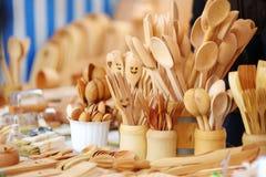 La vaisselle de cuisine et les décorations en bois se sont vendues sur le marché de Pâques à Vilnius Image libre de droits